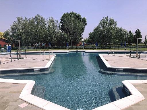 la vasca della piscina del Fly Ozzano a forma d'aereo