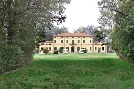 Villa Isolani alberi secolari e macchie di verde